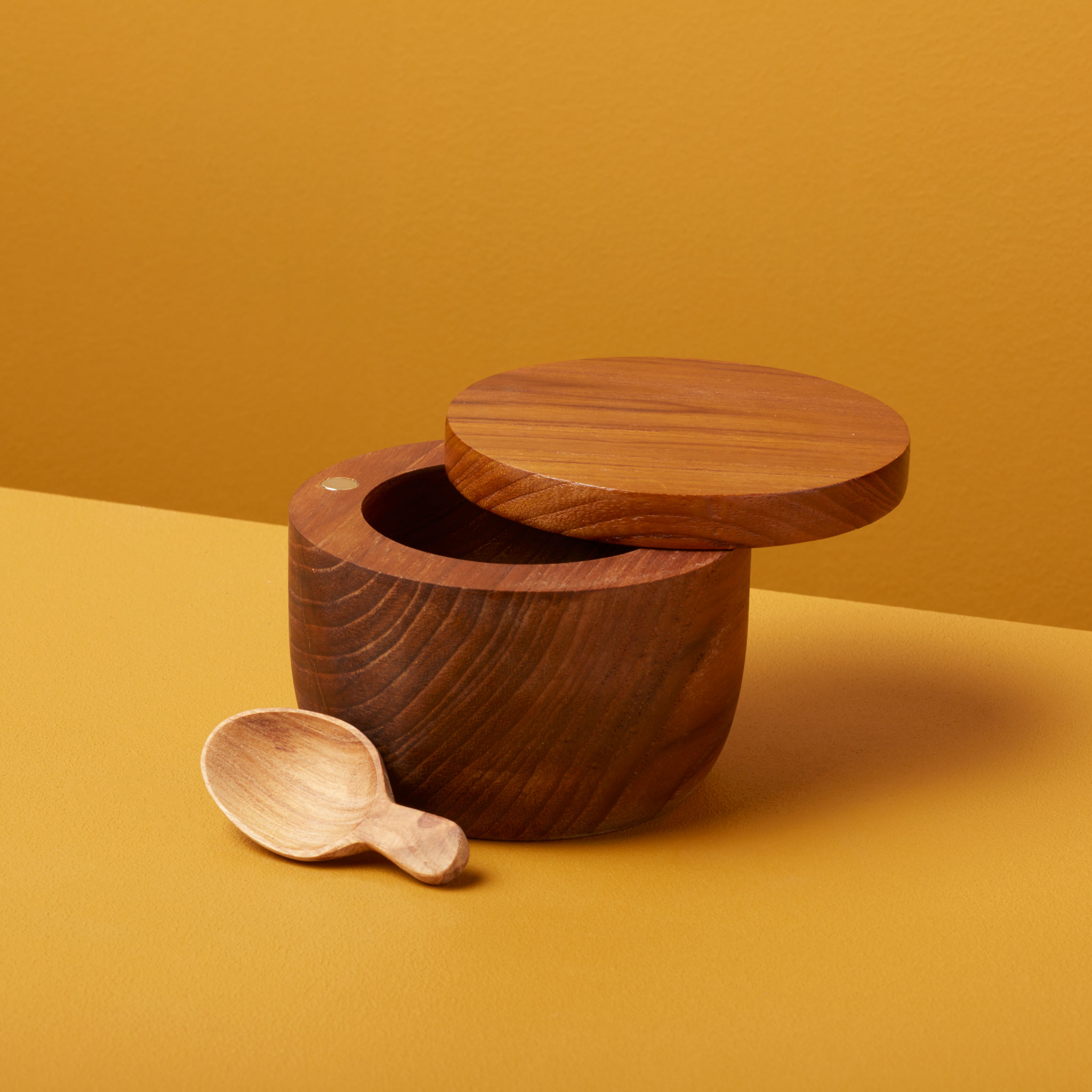 Be-Home_Teak-Cellar-with-Spoon-and-Pivoting-Lid_39-57